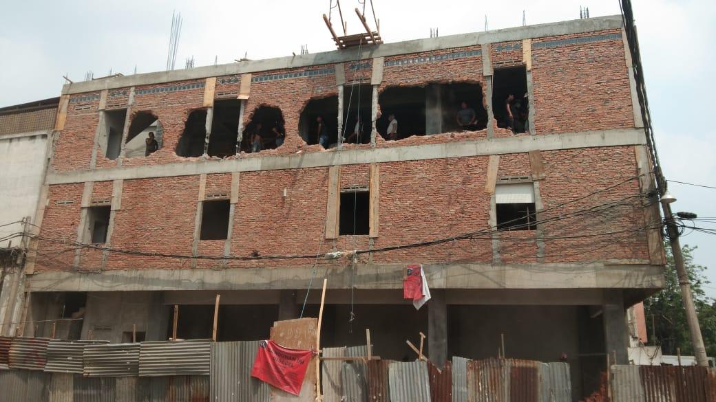 Satpol PP Jakarta Barat Bongkar Bangunan Melanggar IMB di Kebon Jeruk